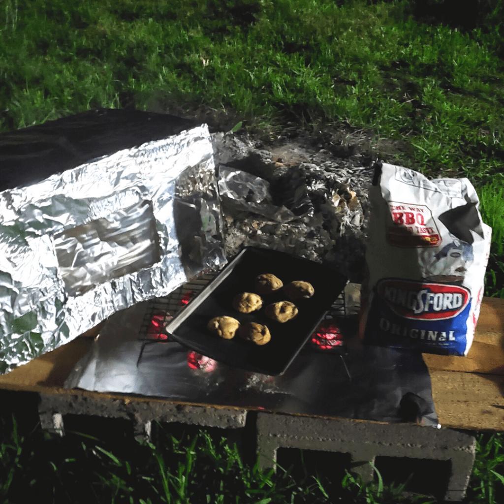 Horno de caja de  cartón usando carbón como gas.